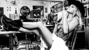 Памела Андерсън спира дъха в мини рокля (снимки)