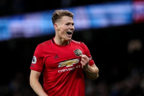 Манчестър Юнайтед удвоява заплатата на Мактоминей