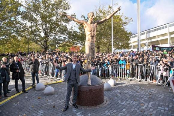 Вандали се опитаха да срежат краката на статуята на Златан Ибрахимович