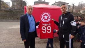 Гущеров зарадва деца в родното си училище в Петрич