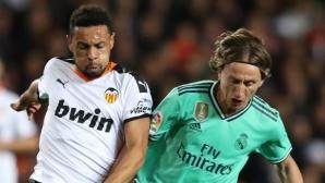 Реал Мадрид остана под Барса след емоционален дуел във Валенсия (галерия)