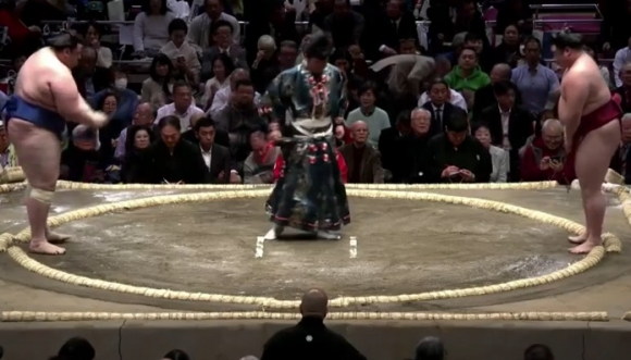 Аоияма допусна първа загуба в Токио
