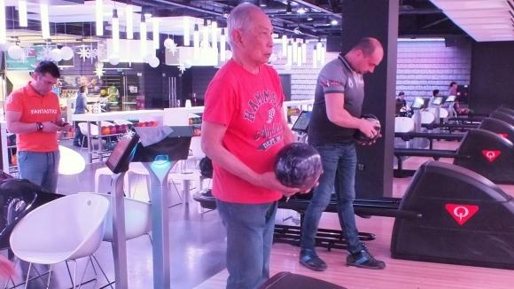 82-годишен индонезиец участва на Националния турнир по боулинг в София