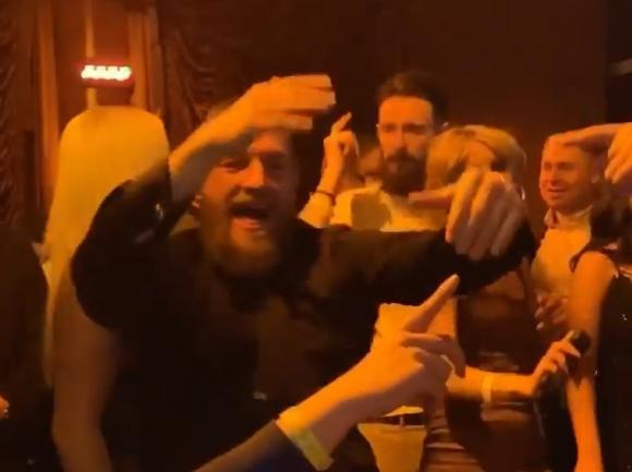 Конър във вихъра на купона след победата (видео)