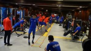 Арда помпа мускули във фитнеса