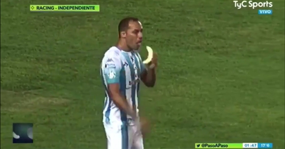 Лудо дерби в Аржентина, играч изяде банан на терена, а после каза тежката си дума (видео)