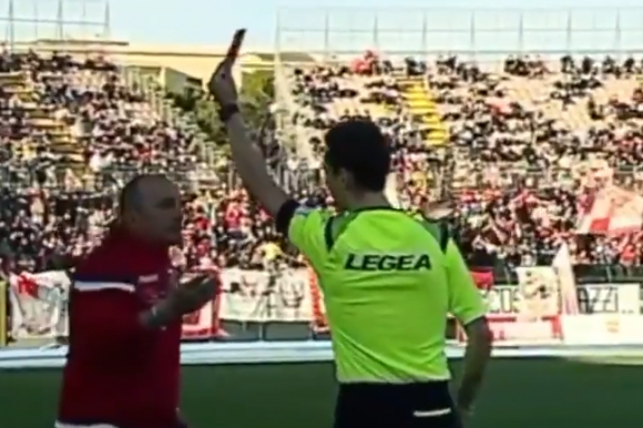 Треньор в Италия получи червен за пошляпване