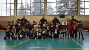 Футболни национали събраха 1000 лв. за площадка за деца с увреждания