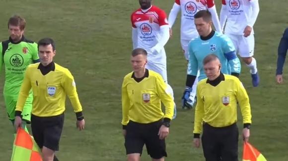 Съдия даде пет дузпи в един мач в Беларус, четири от тях бяха за домакините (видео)