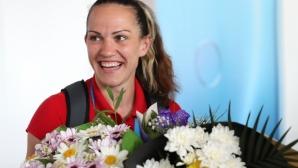 Световна шампионка точи кори за домашна баница и призовава за търпение и съпричастност