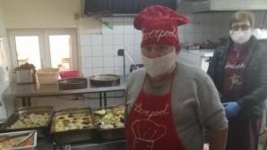 Известен фен на ЦСКА сложи престилка на Ливърпул и започна да готви за 30 крайно нуждаещи се