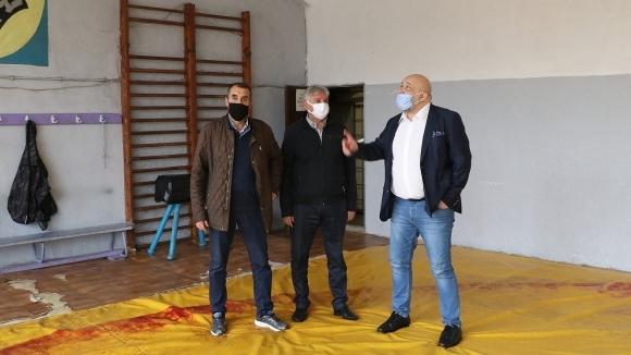 Министър Кралев инспектира спортни зали във Велико Търново