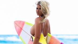 Секси сърфистка натрупа милион последователи с горещи снимки