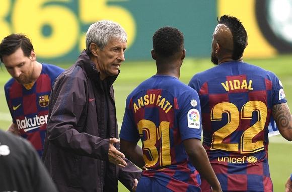 Седмица по-късно атмосферата в Барселона остава...