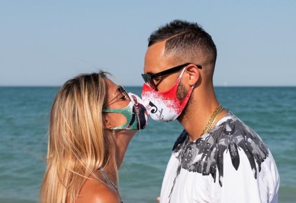 Османи Хуанторена продава маски с благотворителна...
