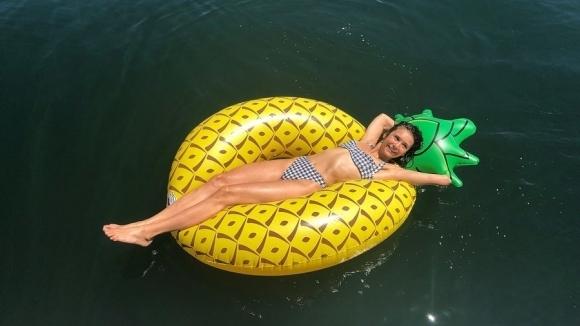 Нина Добрев се наслаждава на лятото, а феновете на перфектното й тяло (снимки)