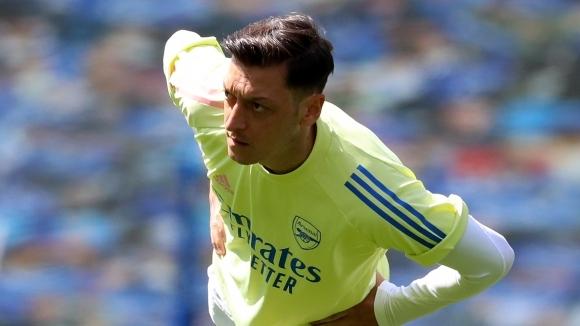 Йозил смята да изпълни договора си с Арсенал дори да не играе