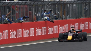 """Контакт между съотборници подари победата на Юки Цунода във Формула 2 на """"Силвърстоун"""""""