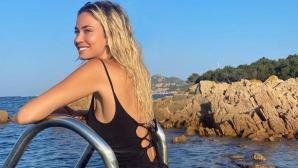 Спортна журналистка вдигна градусите със снимки по бански
