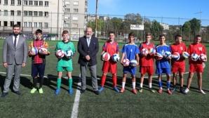 Министър Кралев откри футболен терен в Габрово