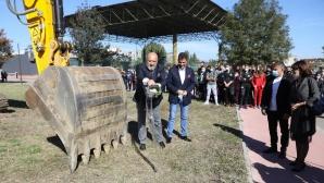 Министър Кралев направи първа копка  на физкултурен салон в Пазарджик (снимки)