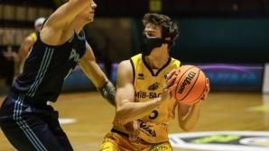 Баскетболист игра 20 минути с маска на лицето