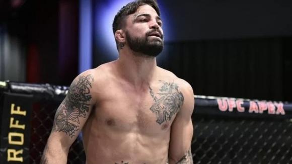 Майк Пери разки кой ще бъде в ъгъла му в UFC 255