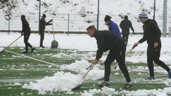 Футболистите на Етър ринат сняг