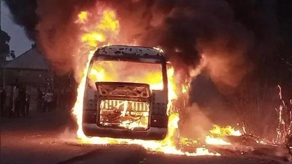 Автобусът на нигерийски футболен отбор изгоря напълно