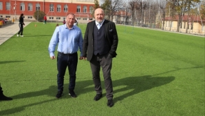Министър Кралев инспектира строежа на спортни обекти в община Костенец
