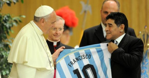 Папа Франциск: Марадона беше поет на терена и велик...