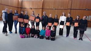 Художник изненада с картини гимнастичките на Левски-Триадица