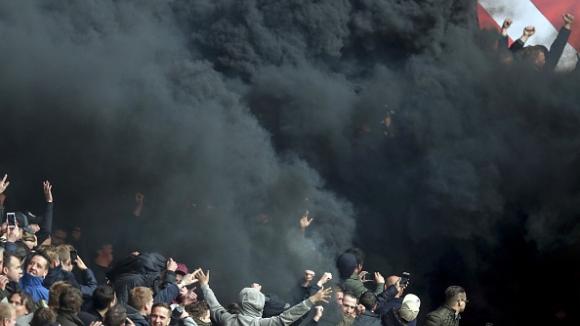 Мощна димка изпрати 15 души в болница след ПСВ - Аякс