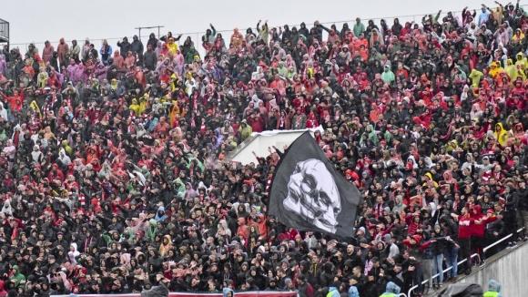 """""""Червените"""" фенове срещу Левски в дъжда"""