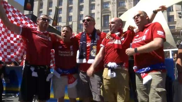 Феновете на Ливърпул и Реал купонясват заедно в Киев