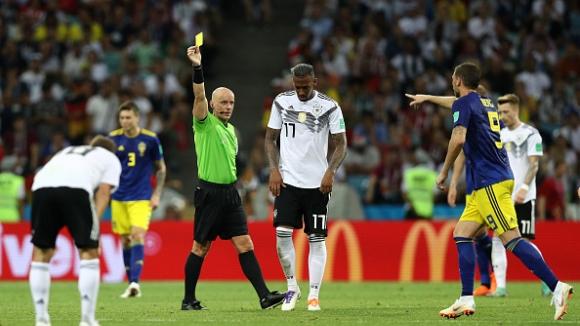 Жером Боатенг остави Германия с човек по-малко в последните минути срещу Швеция