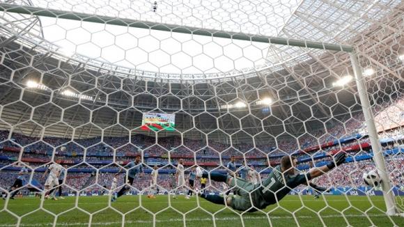 Черишев отново вкара, но във вратата на Русия срещу Уругвай