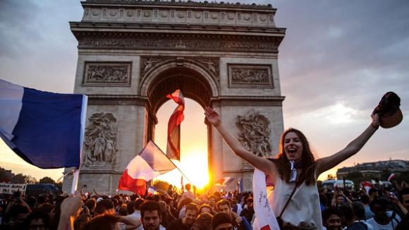 Ликовете на героите за Франция осветиха Триумфалната арка