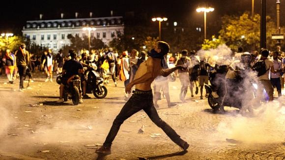 Сблъсъци в Париж помрачиха триумфа на Франция