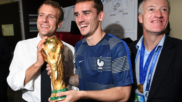 Френските национали занесоха световната купа при президента Макрон
