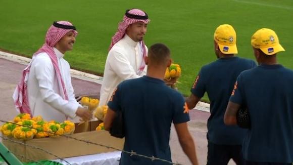 Неймар и компания бяха посрещнати с цветя на тренировка в Саудитска Арабия