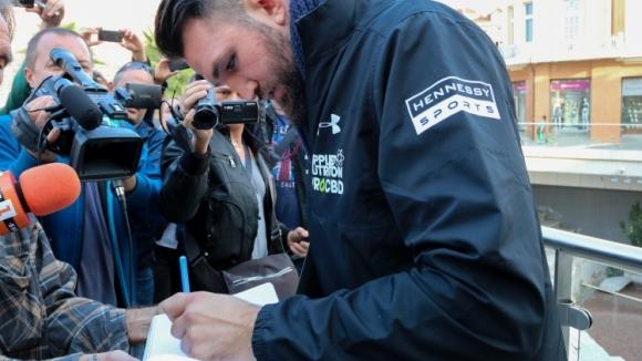 Хюи Фюри раздаде десетки автографи в града под тепетата