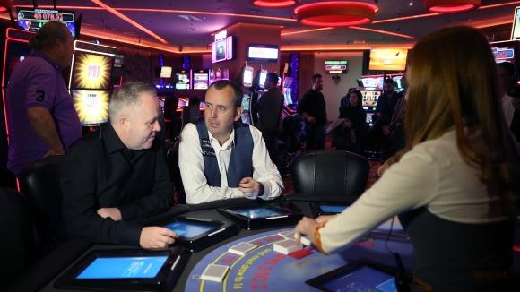 Марк Уилямс и Джон Хигинс играха блекджек в София
