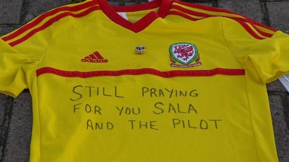 Цветя до стадиона на Кардиф, феновете се молят за Сала