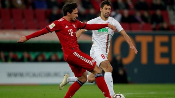 Байерн обърна Аугсбург и се доближи на две точки от лидера Борусия (Дортмунд)