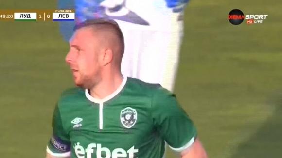 Лудогорец поведе на Левски след гол от дузпа