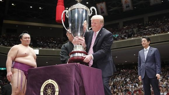 Тръмп награди сумисти в Япония