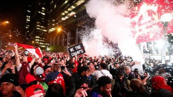 Феновете на Торонто празнуваха по улиците