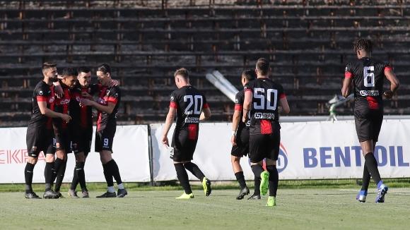 След груба грешка в защитата на Славия Аралица вкарва трети гол за Локомотив
