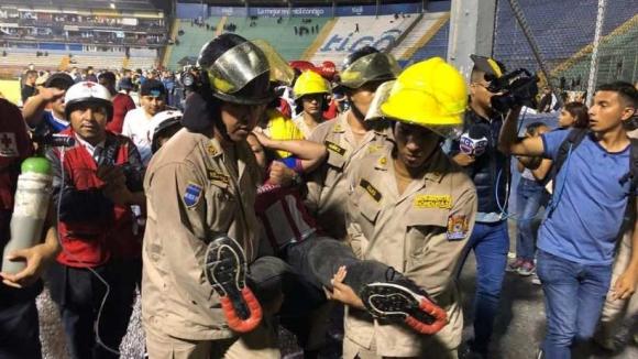 Трима загинали и много ранени в черно футболно дерби в Хондурас